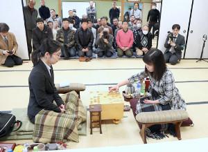 49手目を指す伊藤沙恵女流二段(手前右)。同左は里見香奈女流名人