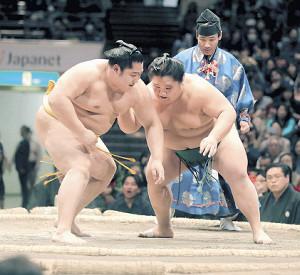 大翔丸(右)との同部屋対決で敗れた遠藤
