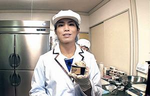 アイスクリーム店の商品を紹介する松本薫さん