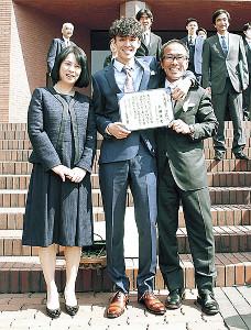 卒業式を終えた上田健太(中央)を囲む父・誠仁監督と母・秀子さん(2018年3月)