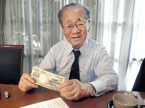 昨年7月、2000円札を手にスポーツ報知のインタビューに答えた堺屋太一さん