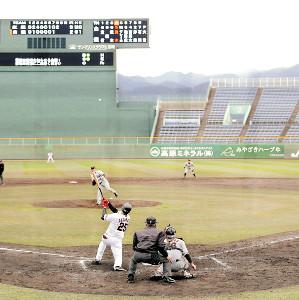 8回無死一塁、池田からバックスクリーンへ飛び込む特大2ランを放つ岡本(カメラ・杉山 彰一)