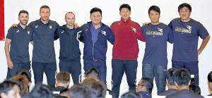 合同懇親会で肩を組む神戸、楽天の選手たち(カメラ・頓所 美代子)