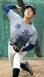 ブルペンで投球練習を行う沖縄水産・国吉