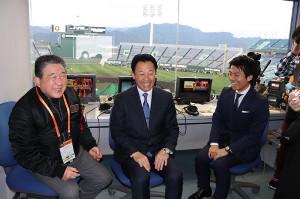 「徳光和夫の週刊ジャイアンツ」の生中継に臨む(左から)徳光氏、川相氏、伊藤大海アナ