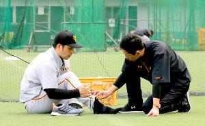 中島(左)は痛めた足をさすって状態を確認