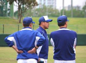 与田監督(右)らと話し合う松坂(中央)