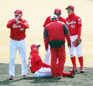 広島の紅白戦で3回2死一塁、西川の盗塁で捕手・船越の送球がそれた時に負傷した菊池(左から2人目)