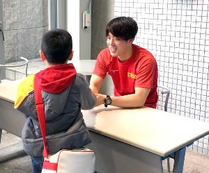 水泳教室後に握手会を行った坂井聖人