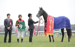 クイーンカップを制したクロノジェネシス(左から斉藤崇史調教師、北村友一騎手=カメラ・宮崎 亮太)