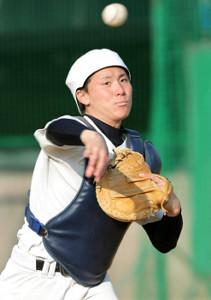 守備練習で一塁へ送球する東妻