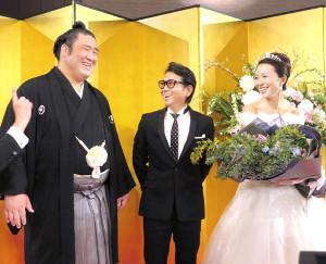披露宴のサプライズゲスト・藤井フミヤ(中央)から祝福された栃煌山(左)とせり夫人
