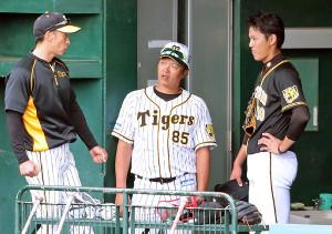 登板後、ベンチで矢野監督(左)らと話し込む阪神・藤浪(右)