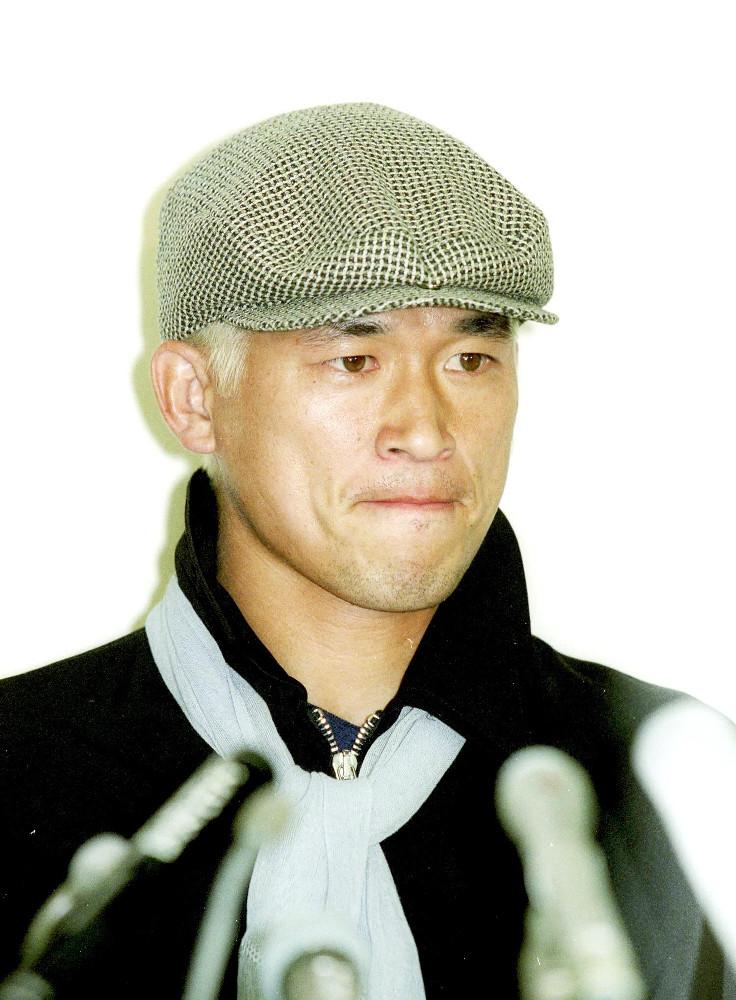 1998年6月。サッカーW杯日本代表から落選、帰国して記者会見に臨む三浦知良