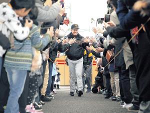 トークショーを終えた原監督は、大勢のファンにタッチで見送られながら引き揚げる(カメラ・生澤 英里香)