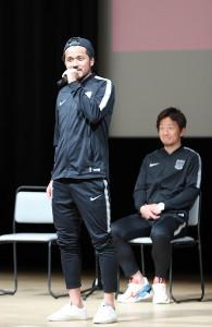 キックオフイベントでトークを行う興梠慎三(左)と宇賀神友弥