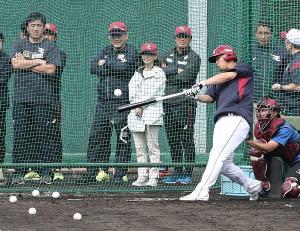 浅村栄斗の打撃練習を後方で見守る(左から)石井一久GM、三木谷浩史オーナーら