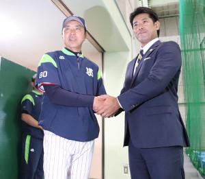 ヤクルトキャンプを訪れ、小川監督と握手する稲葉監督