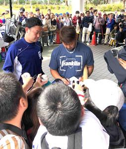 今キャンプ中、ファンに精力的にサインしていた松坂