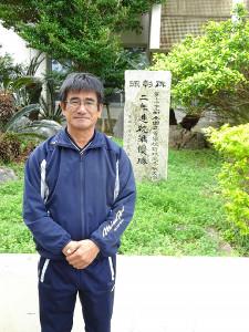 2年連続甲子園準優勝の顕彰碑の前に立つ沖縄水産・上原監督