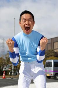JRA騎手免許に合格し、喜びを表す藤井勘一郎騎手(カメラ・高橋 由二)