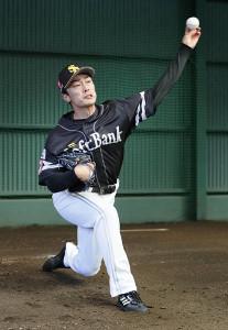 ブルペンで投球練習をする和田
