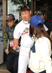 記者に囲まれて球場を引き揚げる中日・松坂大輔