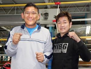 全盲の柔道家・松本義和氏(左)。長男は旧知の井岡弘樹氏(右)のもとでボクシングに励んでいる