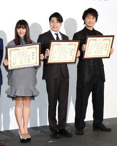 ベストフンドシストアワード2018授賞式に登場した(左から)浅川梨奈、吉村崇、斎藤工