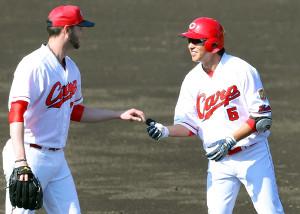 右前安打の「記念球」をジョンソン(左)から受けとる広島・長野