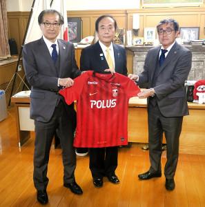 埼玉県の上田清司知事(中央)を表敬訪問した浦和の立花洋一社長(左)、中村修三GM