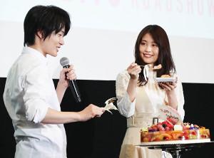 有村架純に特製の「透ける」誕生日ケーキを渡す神木隆之介