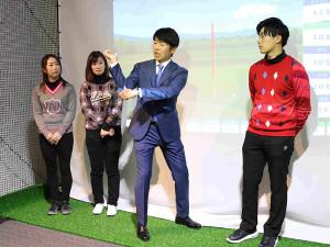 「エースゴルフクラブ赤坂」をグラウンドオープンした石井忍(右から2人目)