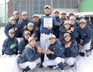 大阪桐蔭高に合格し、後輩から祝福を受ける松浦(中央)