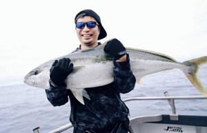 釣り上げたヒラマサを両手で抱える藤田晋社長