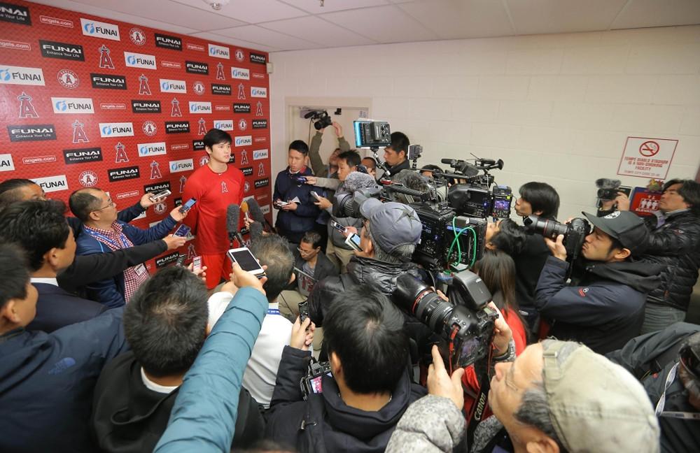 多くの報道陣の前で質問に答える大谷翔平(カメラ・中島 傑