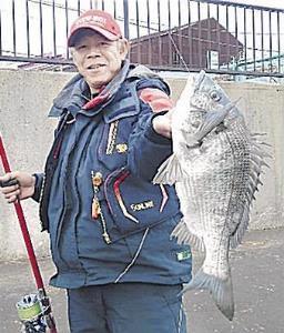 和歌山・紀ノ川河口で50センチの大型チヌを仕留めた空山さん