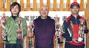 左から2部グレの部を制した金井田さん、3部総合グレの部優勝の眞見さん、2部他魚の部1位の廣岡さん
