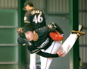 2軍の練習に視察に訪れた栗山英樹監督の前、ブルペンで投球をする吉田輝星