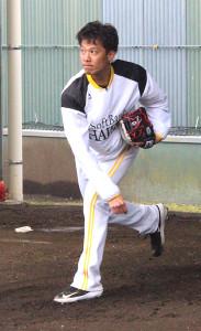 10月の術後、初めてブルペンで投球練習を行ったソフトバンクの岩崎
