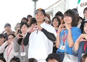 バレンタイン企画で54人の女性ファンと記念撮影する坂本勇人