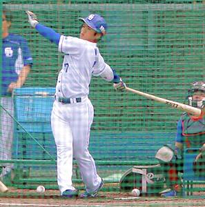 フリー打撃で右中間へ本塁打を放った中日・根尾