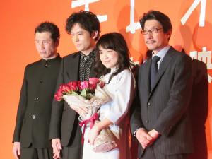 舞台あいさつした(左から)渋川清彦、稲垣吾郎、池脇千鶴、阪本順治監督
