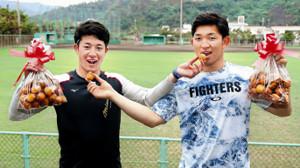 バレンタインデーで沖縄の揚げ菓子「サーターアンダギー」をお互いの口に運ぶ吉田輝(左)と柿木(カメラ・関口 俊明)
