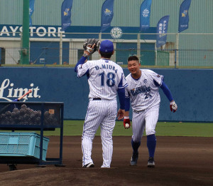 早出練習でファンを沸かせた筒香(右)と三浦投手コーチ