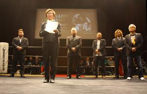 マサ斎藤さん追悼式で謝辞を述べる倫子夫人(左から2人目)
