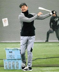 笑顔でノックする富山の二岡新監督(カメラ・勝田 成紀)