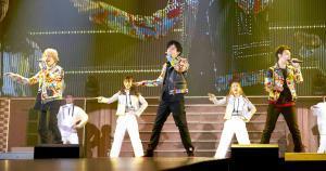 独立後初のファンミーテイングで熱唱する(左から)香取慎吾、稲垣吾郎、草ナギ剛