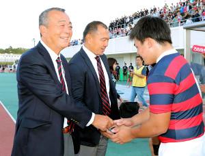 昨年10月7日、逆転勝ちに笑顔で握手する京産大・大西監督(中は元木ヘッドコーチ)