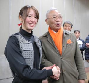 フェブラリーステークス レース後、小林祥晃オーナー(右)と握手を交わす藤田菜七子騎手(カメラ・清水 武)